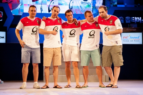 Команда Frag eXecutors - победители e-Stars Seoul 2011 - (слева направо) Loord, kuben, pasha, Neo, TaZ